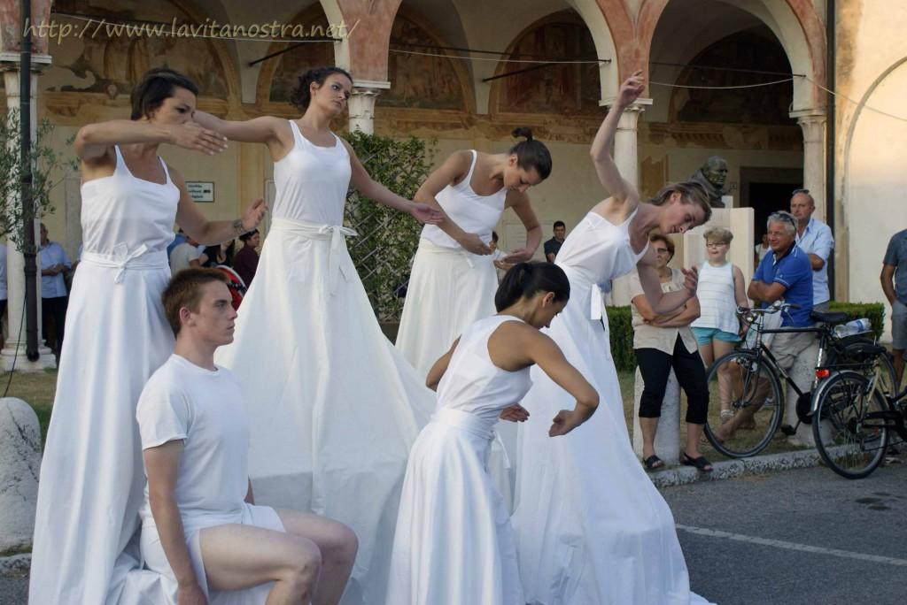 Эти удивительные танцовщики весьма оригинально сочетаются с художницей (которая представлена снизу)