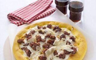 Пицца с луком и домашней колбасой