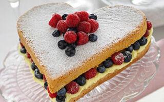 Торт маме с лимоном и ягодами