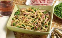 Спагетти с грибами и горошком
