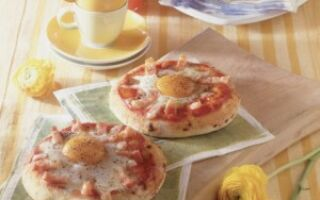 Пицца с яйцом, беконом и сыром