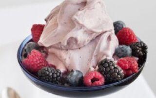 Мороженое с творогом и лесными ягодами