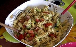 Салат с макаронами, авокадо и тунцом (теплый или холодный). Видео