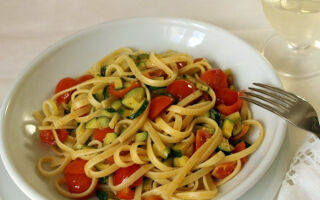 Спагетти с помидорами – черри и овощами