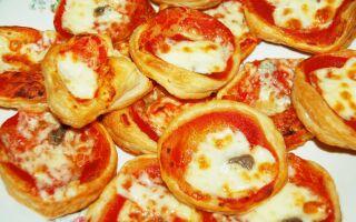 Видео рецепт как приготовить маленькие пиццы со слоеным тестом