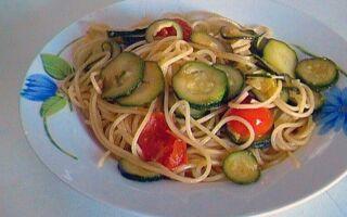 Cпагетти с цукини и помидорами