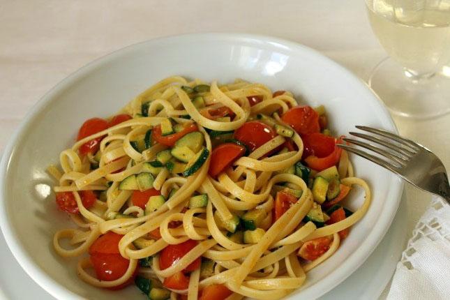 spaghetti-s-pomidorami-ovoschami