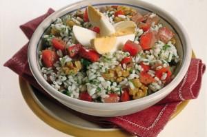 Ris s pomidorami i orehami