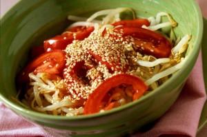 Salat s soey i pomidorami