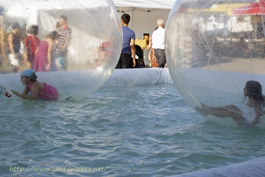 Вот такие оригинальные водные детские аттракционы были на этом празднике