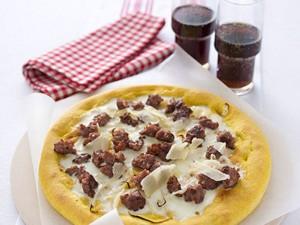 Pizza-s-lukom-kolbasoy