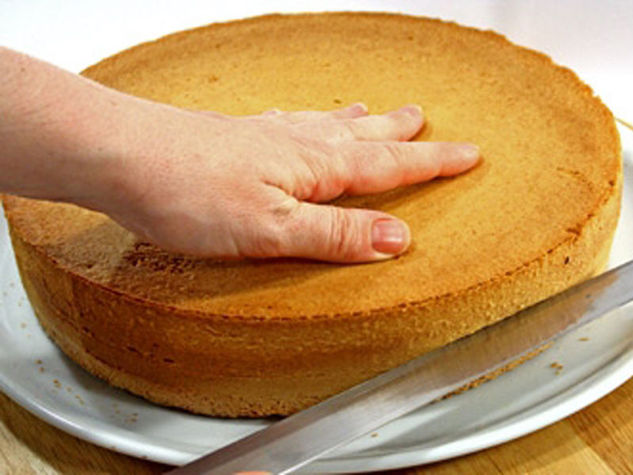 разрезать хлеб на коржи
